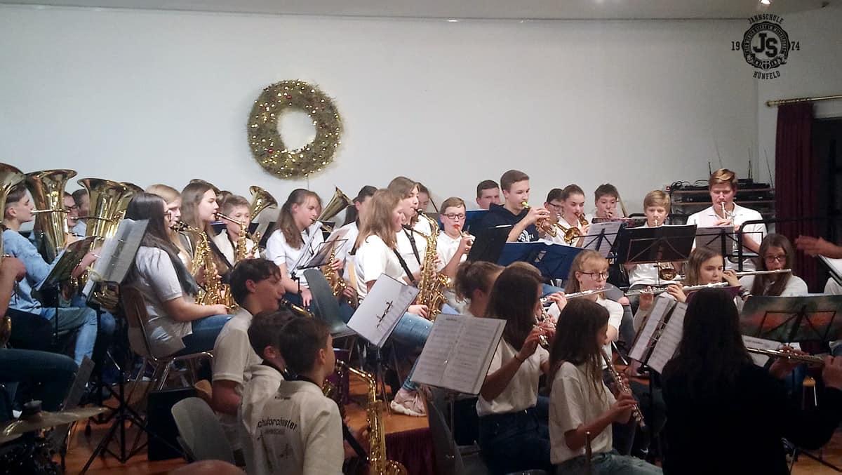 Schulorchester spielt in der Seniorenresidenz Mediana in Hünfeld